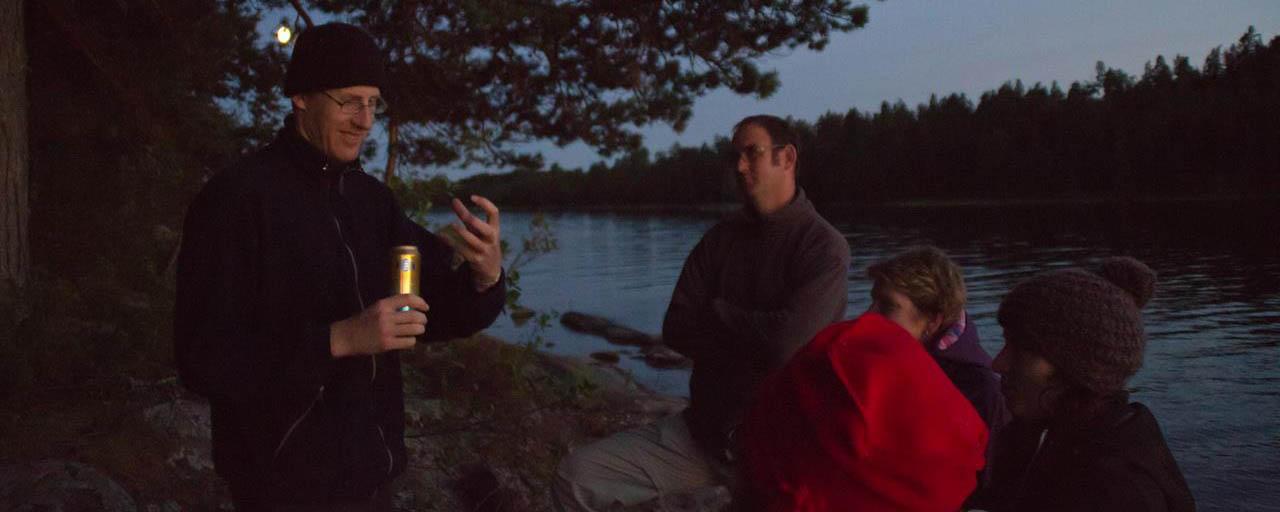 Gezelligheid bij maanlicht aan de rand van een Zweeds meer (Bas Wetter)
